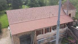 toit en tuiles plates Restauration Brumaire et auvent en tuiles mécaniques Omega 13